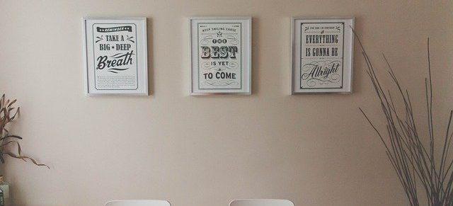 wieszamy plakat na ścianie